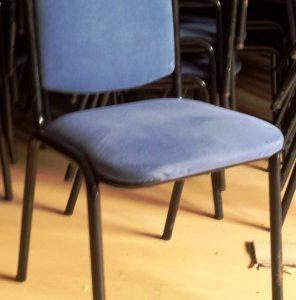 Silla para comedor tapizada en azul de segunda mano. Maquinaria y mobiliario de hostelería