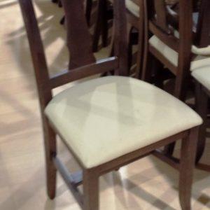 Silla de madera de tapizado en crema de segunda mano. Maquinaria y mobiliario de hostelería