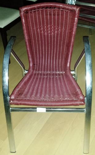 Silla de aluminio con asiento en color burdeos de segunda mano. Maquinaria y mobiliario de hostelería