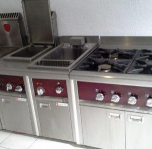 Cocina en colores granates y grises