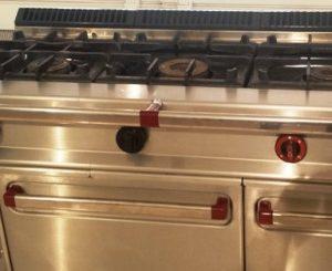 Cocina de tres fuegos de segunda mano más horno Repagas. Maquinaria y mobiliario de hostelería
