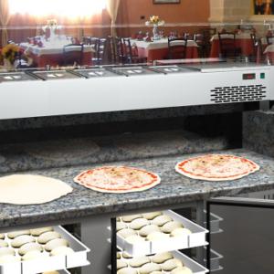 Mesas preparación de pizzas y ensaladas
